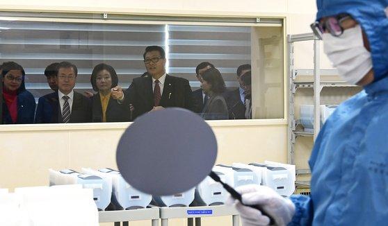 日本が半導体生産に使用される核心素材3品目の輸出規制を強化してから4カ月後の昨年11月22日、文在寅(ムン・ジェイン)大統領が天安(チョナン)のMEMCコリアの工場を訪問し、フッ化水素を使用するエッチング工程を見ている。[青瓦台写真記者団]