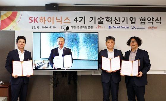 30日、SKハイニックスが「第4期技術革新企業」協約式を開催した。出席企業の代表らが記念撮影に臨んでいる。[写真SKハイニックス]