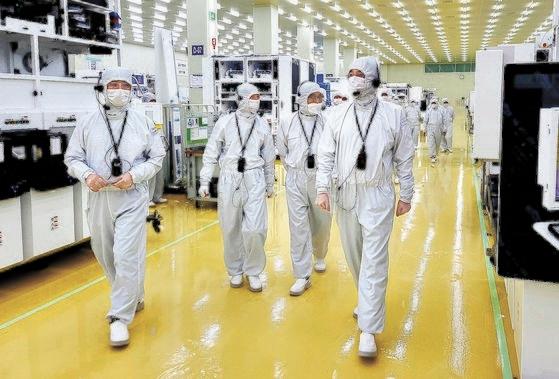 30日にセメスの生産工場を訪問した李在鎔(イ・ジェヨン)サムスン電子副会長。[写真 サムスン電子]