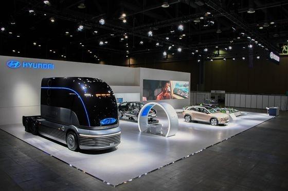 1日、京畿道高陽市の韓国国際展示場(KINTEX)で開幕した「2020水素モビリティー+ショー」の現代自動車ブース。左側は水素専用大型トラックのコンセプトカー「ネプチューン」、真ん中は燃料電池車ネクソの内部、右側は現在市販中のネクソモデル。[写真 現代車]