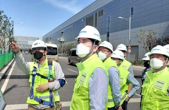 サムスン電子の李在鎔副会長が5月に中国・西安の半導体工場を現場点検している。[写真 サムスン電子]