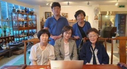 3日、大邱(テグ)のカフェで会った李容洙(イ・ヨンス)さんと李娜栄(イ・ナヨン)正義記憶連帯理事長。[写真 正義連]