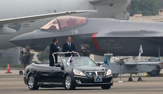 昨年、大邱(テグ)空軍基地で開かれた第71周年「国軍の日」記念式に出席した文在寅(ムン・ジェイン)大統領。後ろに見える戦闘機がF35Aステルス。[青瓦台写真記者団]
