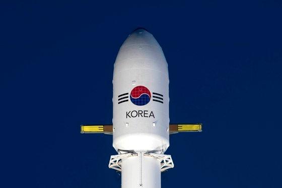 韓国軍の初の専用通信衛星「アナシス2号」を搭載した「ファルコン9」ロケットが21日午前、米フロリダ州ケープカナベラル空軍基地で打ち上げられた。写真は発射前。[写真 防衛事業庁提供]