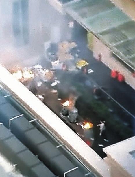米ヒューストンの中国総領事館中で21日に職員が書類を燃やしている姿を米国現地メディアが報道した。[KPRC2画面キャプチャー]