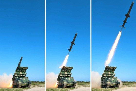2017年に北朝鮮が試験発射した新型地対艦巡航ミサイル。写真は無限軌道型(キャタピラー型)の移動式発射台から発射される巡航ミサイル。[中央フォト]