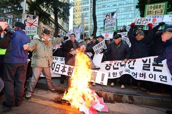 ③2013年12月27日午後、ソウル鍾路区中学洞(チョンノグ・チュンハクトン)駐韓日本大使館の前で「大韓民国父母連合」など保守団体が靖国神社参拝で論議を呼んだ安倍首相形状の人形を燃やしている。ニュース1