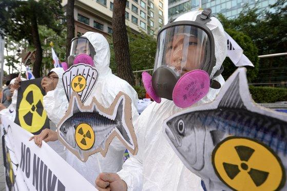 ④2013年3月、ソウル日本大使館の前で日本産水産物の輸入中止を要求