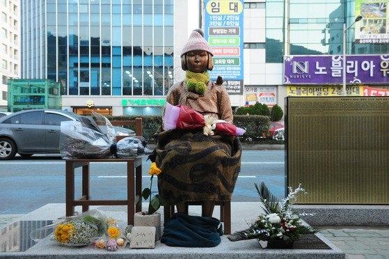⑦2017年1月6日午後、日本政府が釜山(プサン)日本領事館の前に設置された慰安婦少女像に関連して全方向圧力に出ている中、釜山領事館の前に設置された少女像に市民が持ってきた花が置かれている。