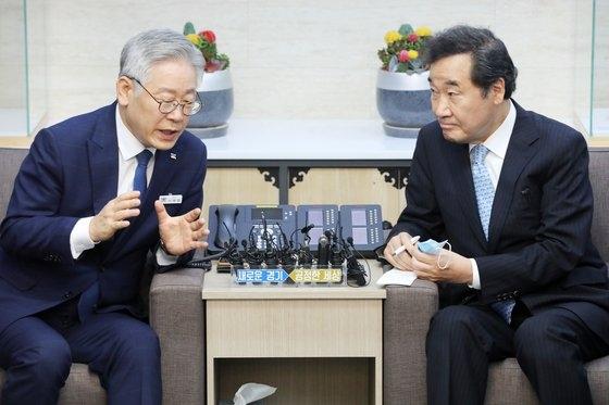 30日、京畿道庁接見室で話を交わす李在明・京畿道知事(左)と李洛淵・共に民主党議員(右)。