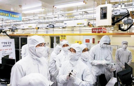 サムスン電子の李在鎔副会長が30日、忠南温陽事業場の半導体パッケージングラインを見ている。[写真 サムスン電子]