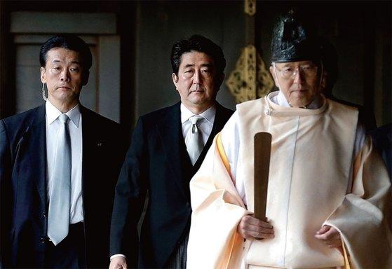 2013年12月、A級戦犯者などの遺骨がある靖国神社に入っている安倍晋首相[中央フォト]