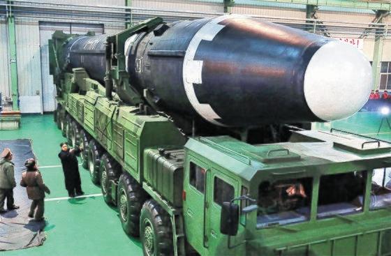 北朝鮮の金正恩(キム・ジョンウン)労働党委員長が移動式発射台(TEL)に載せられた大陸間弾道ミサイル(ICBM)級火星15型を眺めている。[中央フォト]