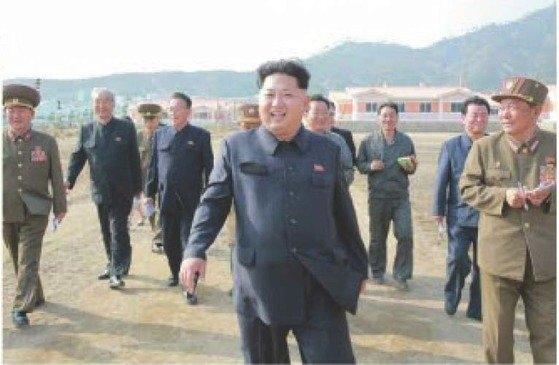 北朝鮮の金正恩(キム・ジョンウン)国務委員長が2015年、羅先市(ラソンシ)先鋒(ソンボン)地区に水害復旧作業の現地指導に現れたときの様子。[中央フォト]
