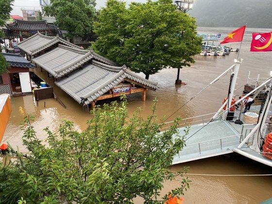集中豪雨と昭陽江ダムの放流によって韓国を代表する観光地「南怡島」が浸水被害を受けた。船着き場「南怡ナル」の様子。[写真 南怡島]