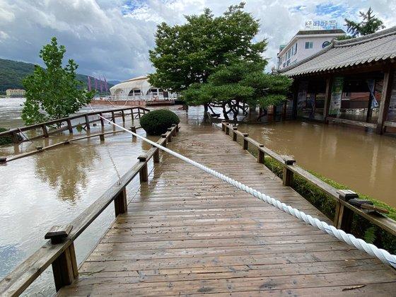 京畿道加平郡(キョンギド・カピョングン)に位置する船着き場。南怡島に向かう船が発着する場所だ。進入を統制するために線が引かれている。[写真 南怡島]