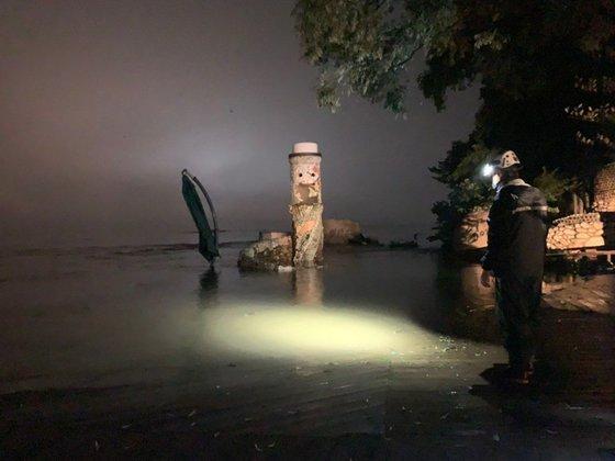 5日夜、水位が高まった船着き場を点検する南怡島の職員の様子。[写真 南怡島]