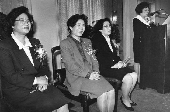 1993年11月、女性の黄山城(ファン・サンソン)長官がパンツスーツ姿で国会常任委員会業務報告に出た。