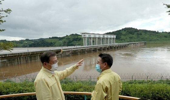 文在寅大統領が6日午後、京畿道漣川郡のクンナムダムを訪問して関係者から運営状況および北朝鮮黄江ダムの放流にともなう措置事項などの報告を受けている。キム・ソンニョン記者