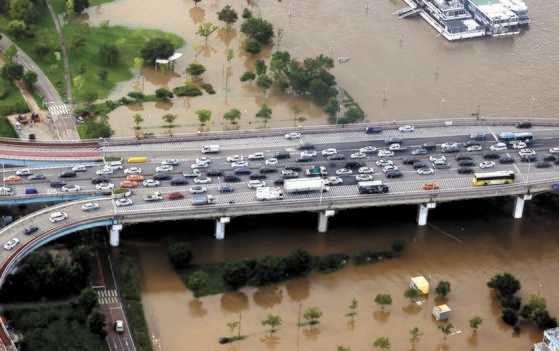 漢江の水位が高まったことを受けて交通規制が敷かれたソウルの各主要道路では、深刻な渋滞が発生した。6日、元暁大橋に帰宅途中の車両が長い列を作っている。