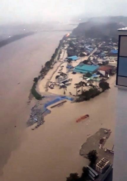 8日午後0時50分ごろ、南原市金池面貴石里で蟾津江の堤防100メートルほどが崩壊し周辺が浸水した。[写真 消防庁]