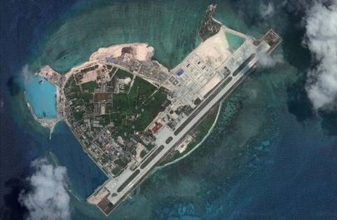 南シナ海のウッディー島(中国名・永興島)の衛星写真。滑走路が島の大部分を占めている。[グーグルアース キャプチャー]