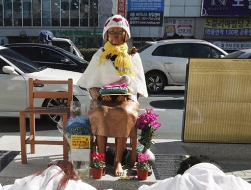 釜山日本総領事館前に設置された慰安婦平和の少女像(写真=中央フォト) 釜山日本総領事館前に設置された慰安婦平和の少女像(写真=中央フォト)