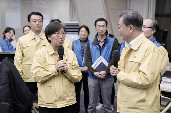 チョン・ウンギョン疾病管理本部長(左)