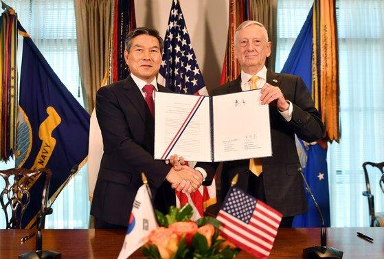 2018年11月、鄭景斗(チョン・ギョンドゥ)国防部長官(左)とマティス米国防総省長官がワシントンのペンタゴン(国防総省)で開催された第50回韓米定例安保協議(SCM)の結果として「戦作権転換以後連合防衛指針」に署名した後、握手している。[写真=韓国国防部提供]