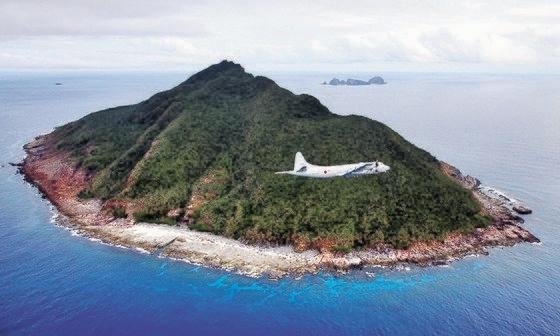中国・日本・台湾が自国の領土と主張する尖閣諸島(中国名・釣魚島)を海上自衛隊所属のP-3C哨戒機が飛行している。[中央フォト]