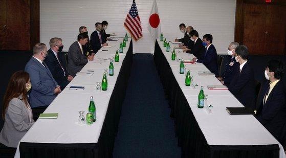 29日、米国領グアムのアンダーセン空軍基地で日米国防相会談が開かれた。当初、米国側は韓国に韓日米国防相会談を提案したが、韓国が不参加を通知して二国間会談に変わった。[米国防総省ツイッター キャプチャー]