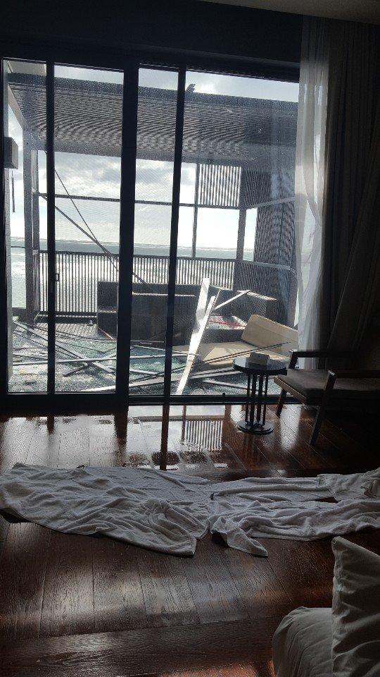 台風9号の影響で3日釜山機張郡にあるアナンティコーブの客室の窓ガラスが割れるなど宿泊客が大きな被害を受けた。[写真 読者提供]