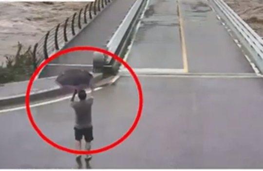 台風9号「MAYSAK(メイサーク)」が強打した3日、江原道平昌(カンウォンド・ピョンチャン)で橋が崩壊するわずか30秒前に、ある男性がジェスチャーを使って車両進入を防ぎ、人命被害を防いだ。