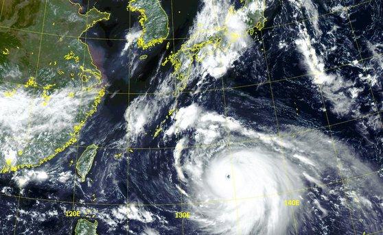 韓国の気象衛星「千里眼2A」から見た台風10号。台風の目がはっきりと見える。 気象庁