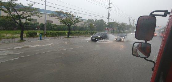 7日、昌原市熊南洞の韓国鉄鋼前の道路が浸水した。[写真 昌原消防本部]