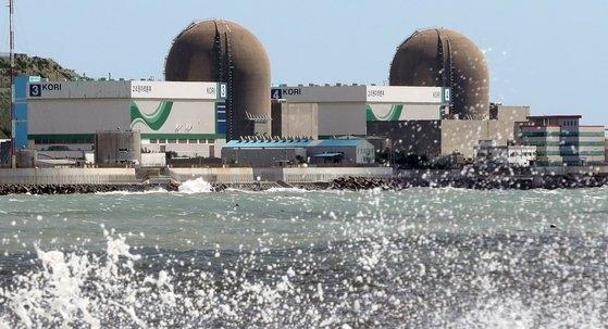 台風9号「MAYSAK(メイサーク)」の影響で、3日に稼働が中断した釜山機張郡(プサン・キジャングン)の古里原発3号機と4号機。この日の台風で近隣の新古里1号機と2号機の稼働も停止した。ソン・ポングン記者