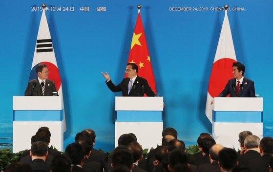 昨年12月、韓日中首脳会談を終えた李克強中国首相が共同メディア発表をしている。左から文在寅大統領、李首相、安倍晋三日本首相。[写真 青瓦台写真記者団]