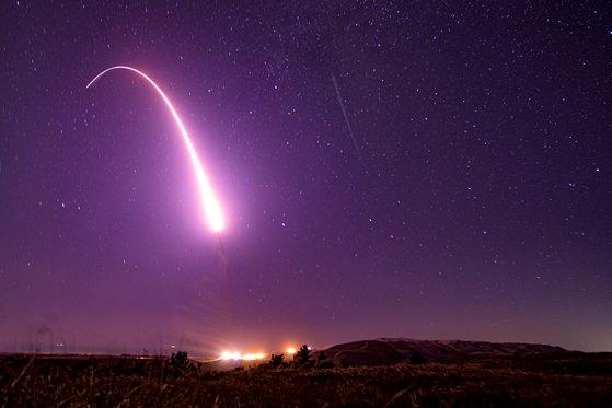 昨年10月2日(現地時間)、米カリフォルニア州ヴァンデンバーグ空軍基地から大陸間弾道ミサイル(ICBM)ミニットマン3が試験発射された。核弾頭は搭載されていない。[米空軍]