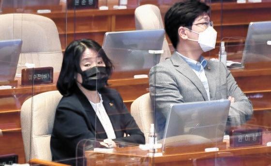与党「共に民主党」の尹美香(ユン・ミヒャン)議員(左)が16日、国会本会議に出席した。民主党はこの日、最高委員会議を開いて尹氏の党員権を停止することを決めた。オ・ジョンテク記者