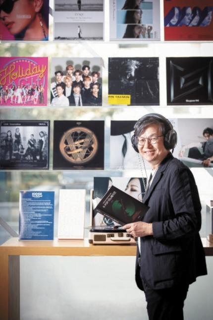 経営学者の見方からK-POP成功の秘訣を分析した『K-POPイノベーション』を出版した李章雨教授がK-POP前進基地であるソウル・清潭洞のSMエンターテインメントを訪れた。チョン・ミンギュ記者