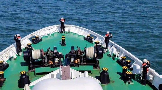 海洋警察が海洋水産部西海漁業管理団所属の公務員イさんの遺体と所持品を探す捜索作業をしている。[写真 仁川海洋警察署]