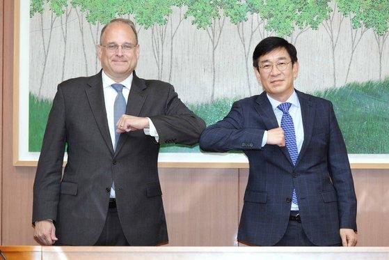 韓国を訪問したビリングスリー米国務省軍備管理担当大統領特使(左)が28日に外交部のハム・サンウク多者外交調整官と面談している。外交部は「韓米はNPTを含んだ国際軍縮・非拡散体制の主要懸案について意見を交換し韓米間の軍縮・非拡散分野協力案に対し協議した」と明らかにした。[写真 外交部]