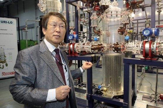 黄一淳(ファン・イルスン)UNIST原子力工学部客員教授がキャンパス内の実験室で研究中の原子炉の原理について説明している。 ソン・ボングン記者