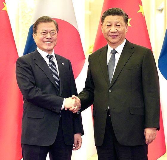 韓国の文在寅(ムン・ジェイン)大統領(左)、中国の習近平国家主席(右)