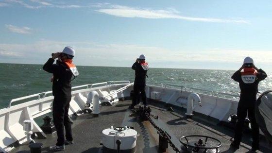 小延坪島付近海上で行方不明になった海洋水産部所属の漁業指導船公務員が北朝鮮軍に襲撃にあって死亡した事件に関連し、26日海洋警察警備艦で漁業指導船公務員の遺体および遺留品を捜索している。[写真 仁川海上警察]