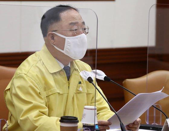洪楠基(ホン・ナムギ)副首相兼企画財政部長官が28日午前、政府ソウル庁舎で開かれた第4回韓国版ニューディール関係長官会議兼第17回非常経済中央対策本部会議で発言している。 キム・ソンニョン記者