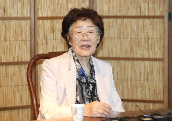 慰安婦被害者・李容洙さん、謝罪の手紙で悪質コメント投稿者を許す ...