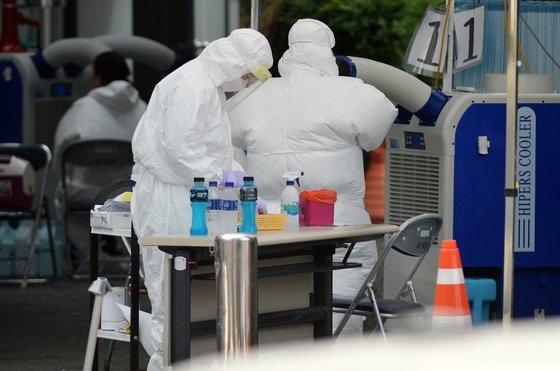 先月、大田西区保健所の新型コロナ選別診療所で医療スタッフが市民を検査している。 キム・ソンテ記者