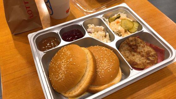 テイクアウト用のロッテリア「ミリタリーバーガー」。軍隊の給食用トレイをまねた容器が「それらしさ」を醸し出している。ユン・ギョンヒ記者