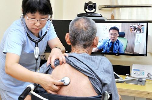 老人療養施設で遠隔診察サービスを受けている入所者。[中央DB]